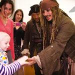 Cosa succede quando il (vero) capitan Jack Sparrow fa visita a dei bambini in ospedale