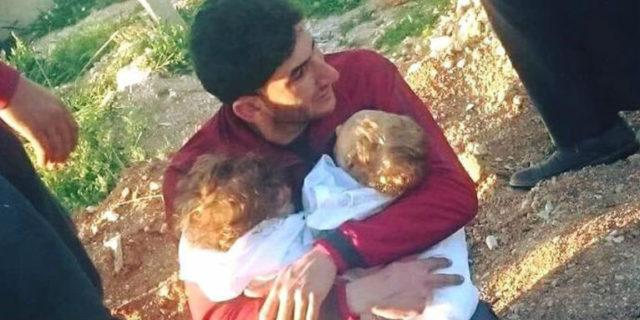 Siria, il papà stringe i suoi gemellini morti nell'attacco chimico e lancia un messaggio