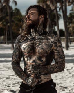 Da obeso a modello: le cicatrici da perdita di peso diventano tattoo