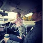 Le foto di questo papà hanno fatto inorridire il web... anche se non è come sembra