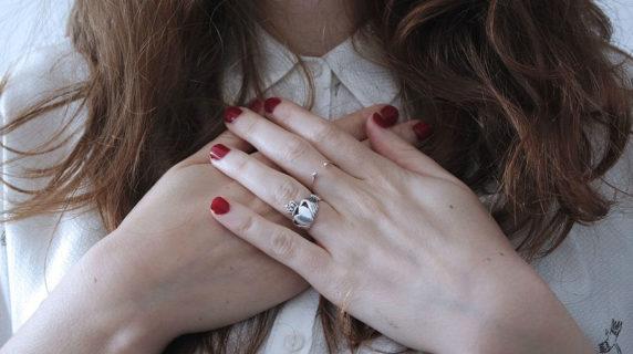 Basta brillanti: come sono gli anelli di fidanzamento dei  Millennials