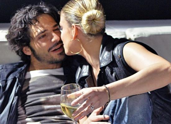 Quella foto di Emma Marrone e Riccardo Scamarcio: nascita di un amore?