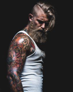 Josh: Il Modello Tatuato tra il Selvaggio e l'Hipster che fa Impazzire il Web