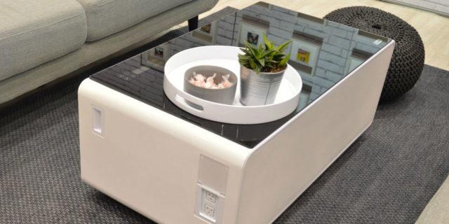 Con questo tavolo puoi passare il giorno sul divano a guardare serie TV