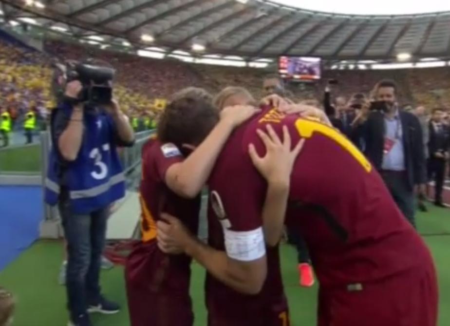 """Totti: una storia d'amore lunga 28 anni e tutte le dediche a Ilary """"sul campo"""""""