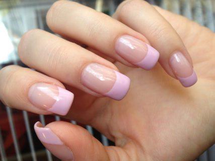Nail art: altro che greenery, il trend sono le unghie rosa