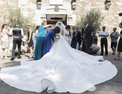 L'abito da sposa di Victoria Swarovski è una tempesta sexy di cristalli