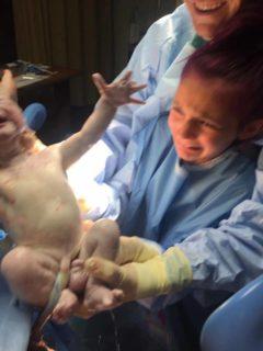 L'emozione della bambina che ha fatto nascere il suo fratellino