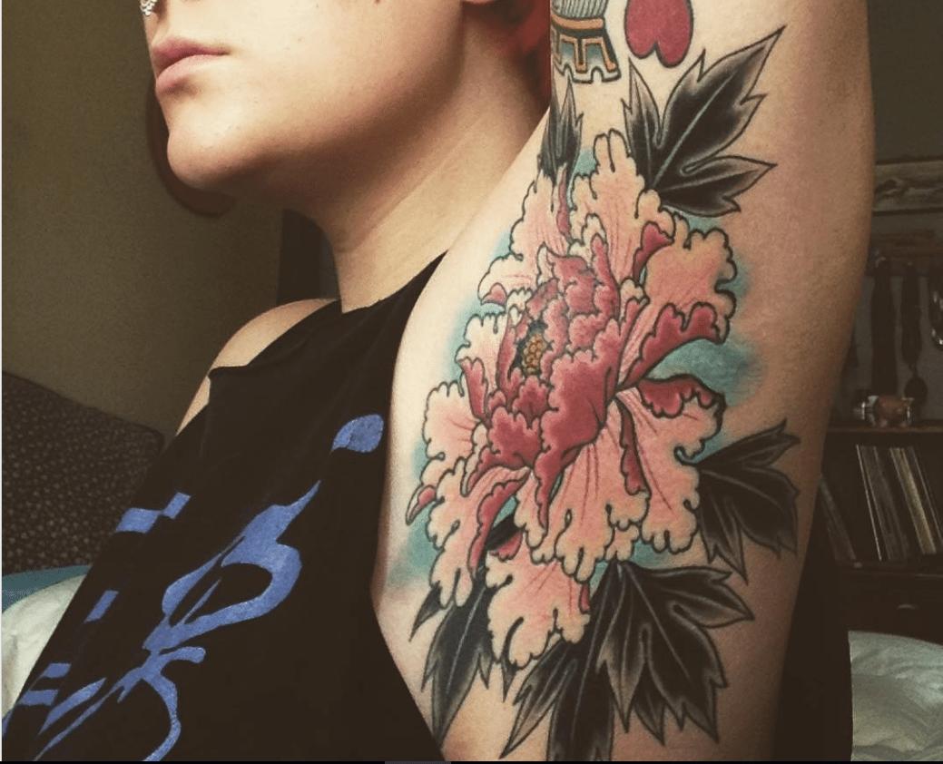 Sotto le ascelle? Niente peli, solo tatuaggi