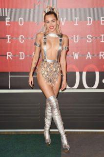 Nude look eleganti VS trash: le 19 foto delle star più hot