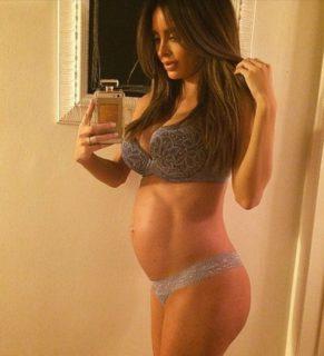 È incinta al 7° mese ma non ha la pancia: la modella che preoccupa il web