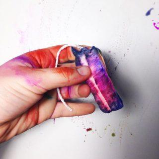 La femminilità di smagliature e mestruazioni diventa arte e colore