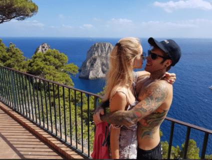 Le vacanze di Fedez e Chiara Ferragni... con errore grammaticale