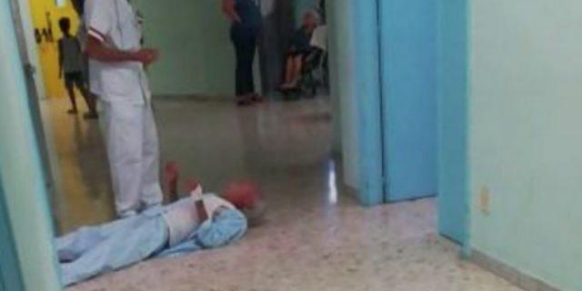 Anziano con femore rotto striscia nella corsia dell'ospedale per protestare
