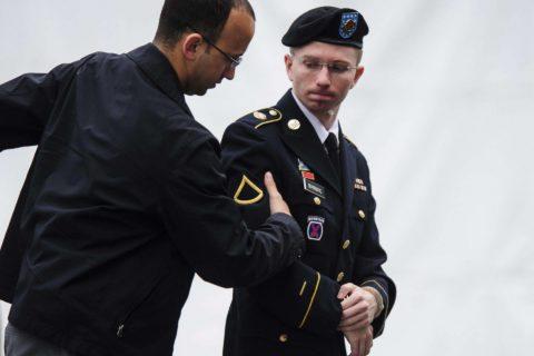 Chelsea Manning, l'ex talpa di Wikileaks ha cambiato sesso e posa in costume su Vogue