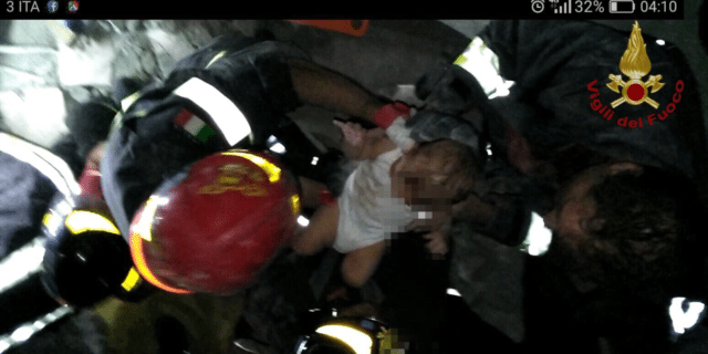 Terremoto a Ischia. Il salvataggio del bambino di 7 mesi. Salvi anche i fratellini di 7 e 11 anni