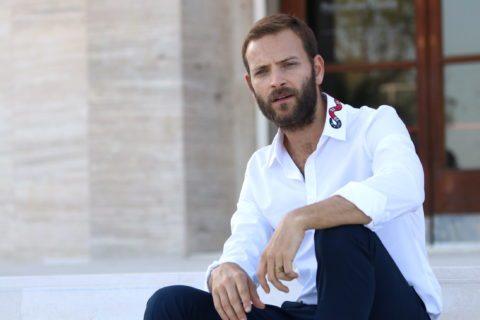 Chi è Alessandro Borghi, un po' hypster, un po' gentiluomo, molto sexy
