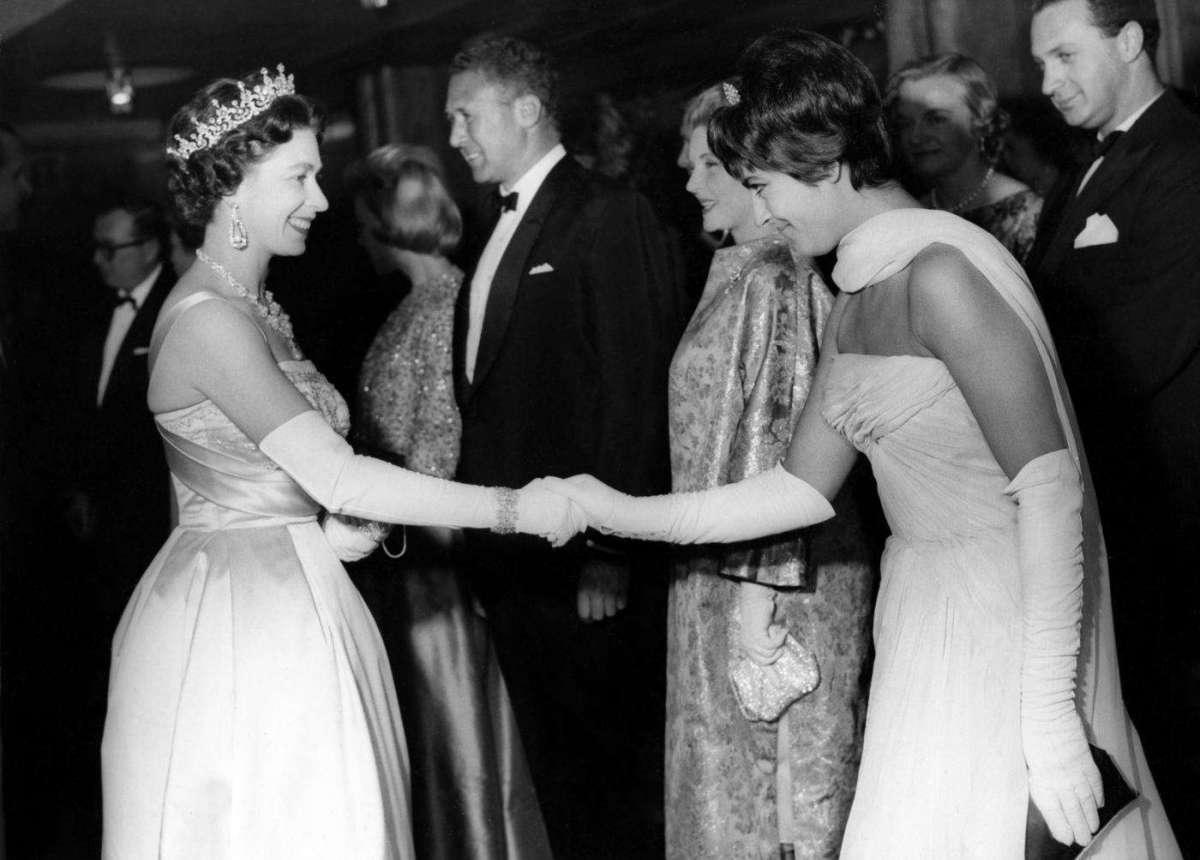 La bellezza sorridente della regina Elisabetta all'età di Kate Middleton (e prima)