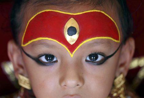 Kumari: le bambine dee fino al primo mestruo e la maledizione di chi le ama