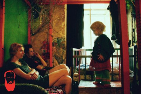 La vita di Anfisa, la bimba di 2 anni che vive con i genitori tossicodipendenti