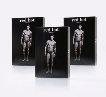 """I rossi sono sexy: il calendario """"Red Hot"""" 2018 ha più versioni (una non censurata)"""