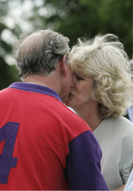 Carlo e Camilla, perché i reali non possono baciarsi in pubblico e loro lo fanno