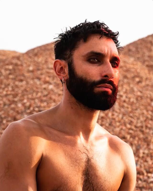 La nuova trasformazione di Conchita Wurst: da diva ad 'artista in barba e stivali'