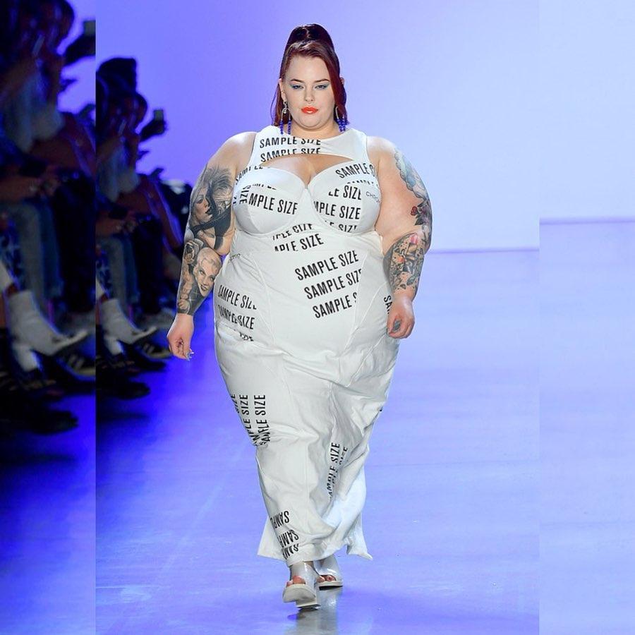 Due parole scritte su un abito: Tess Holliday stupisce ancora contro il body shaming