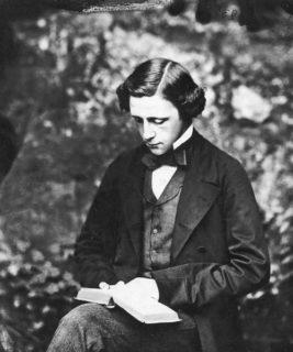 Fotografò spesso la sua Alice, ma Lewis Carroll fu davvero un pedofilo?