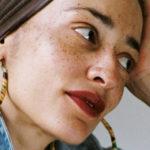 """L'anima libera di Zadie Smith e quelle """"donne pazze"""" davanti allo specchio"""