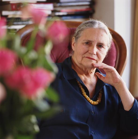 """Doris Lessing che ha spiegato cosa le donne intendono quando dicono """"Oh niente"""""""