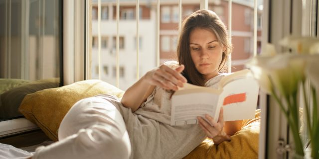"""Book therapy, cos'è, benefici e le """"farmacie letterarie"""" cui chiedere aiuto"""