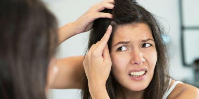Come coprire i capelli bianchi senza tinta in modo naturale