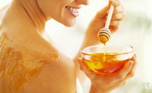 Miele: i fantastici utilizzi per pelle, labbra, capelli e unghie!