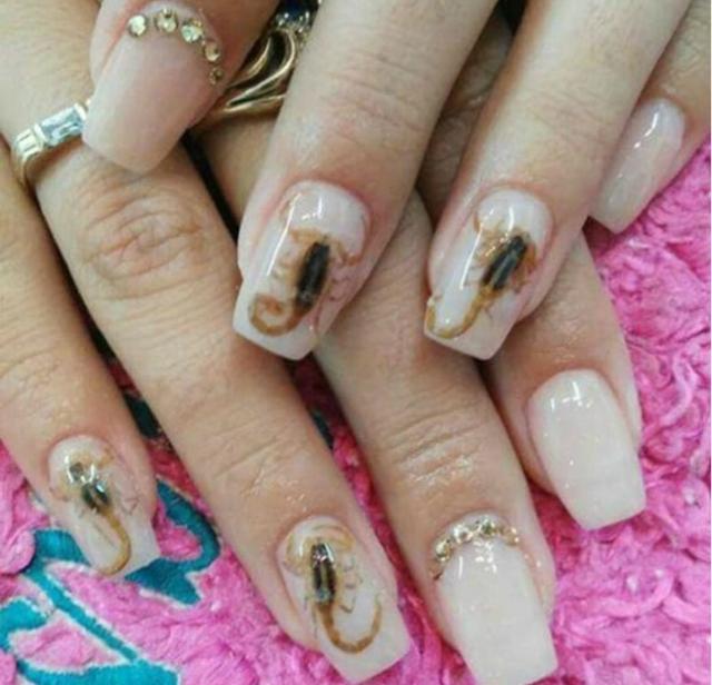 manicure con scorpioni vivi