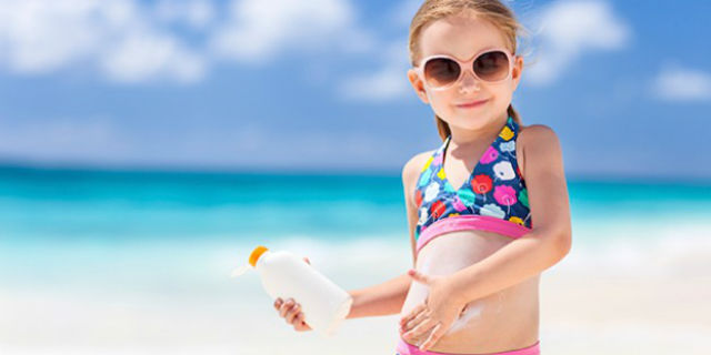 Il test di Altroconsumo che rivela le migliori creme solari per bambini