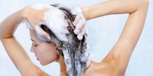Abbiamo sempre sbagliato: il balsamo va prima dello shampoo. Ecco perché e chi lo dice