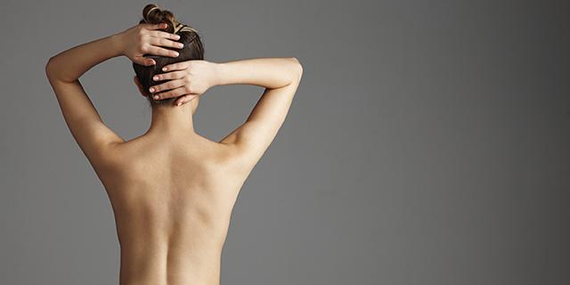La schiena è un punto strategico su cui mettere il profumo