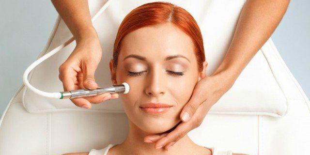 """Microdermoabrasione, la pratica di """"ferirsi"""" la pelle per renderla perfetta"""