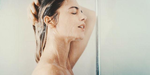 No-poo (o low-poo): ora i capelli si lavano senza shampoo, come fanno le star