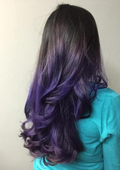 Blackberry Dark Purple, il nuovo trend colore per capelli è la mora