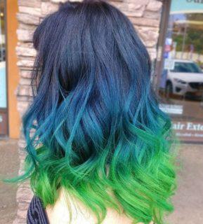Rainbow Ombré o Grunge: l'arcobaleno splende sui capelli scuri o grigi