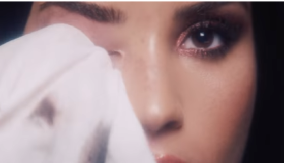 Demi Lovato toglie trucco ed extension in un video: il risultato parla da sé