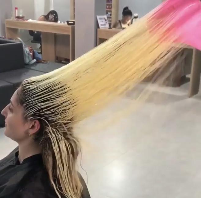 Lo strano trucco del parrucchiere per colorare i capelli è virale