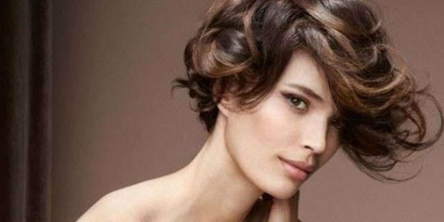 Tagli capelli scalati corti mossi