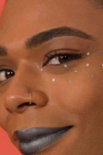 Cos'è il fluide gender-neutral makeup, il trucco che va bene per maschi e femmine