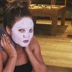 Maschera e... vapori vaginali: la beauty routine di Chrissy Teigen