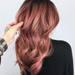 Tutte pazze per i rose brown hair: i capelli castano rosé ispirati al vino