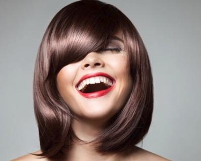 """Glass Hair, ecco come copiare la nuova tendenza """"capelli di vetro"""""""