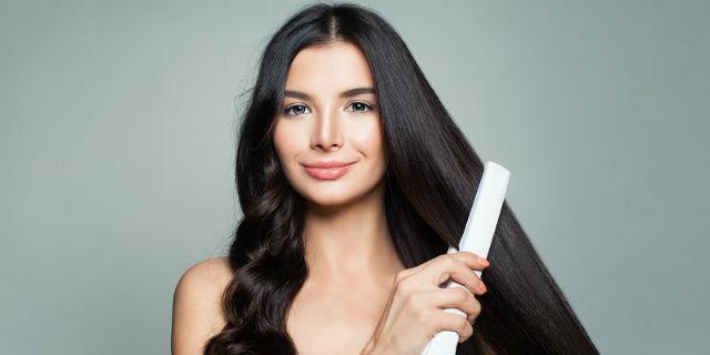 Come lisciare i capelli ricci, piastra e non solo: 5 metodi